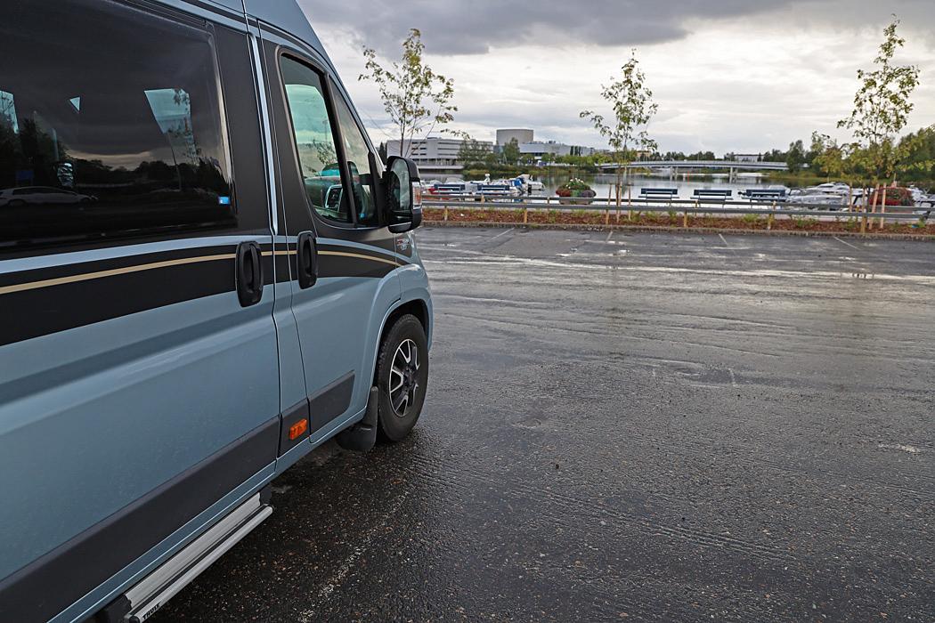 En centralt belägen parkering vid en marina för övernattning i Uleåborg.