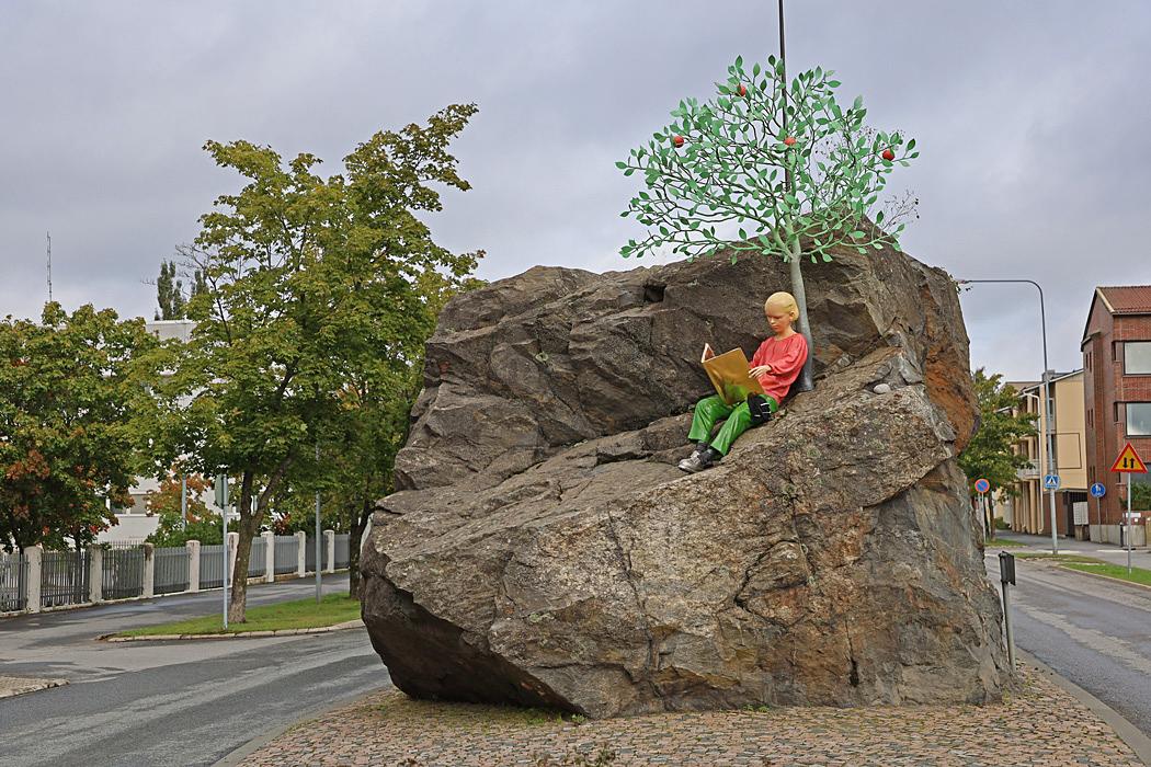 Nationalfilosofen Johan Vilhelm Snellman på Kokkostenen under ett grönt äppelträd.
