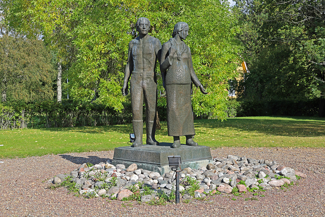 I en park bredvid Korsnäs kyrka står en bronsstaty föreställande Stenbrytaren och hans hustru.