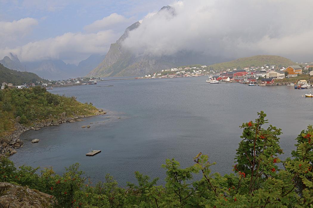 Utsikt från parkeringen i Reine på Lofoten.