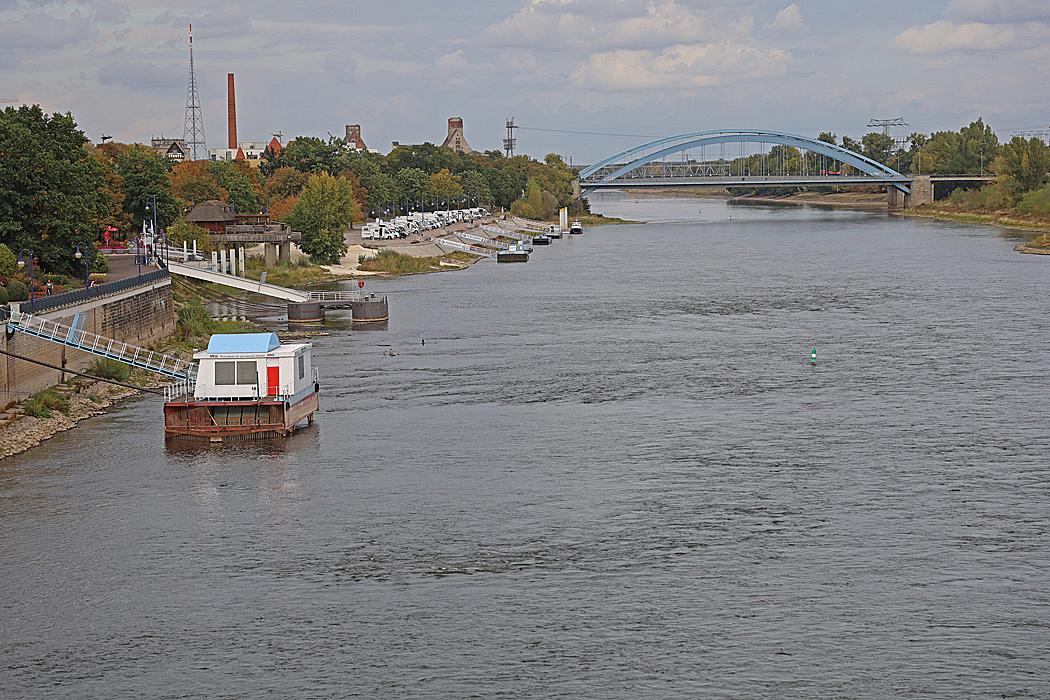 Elbe med ställplatsen till vänster i bild.