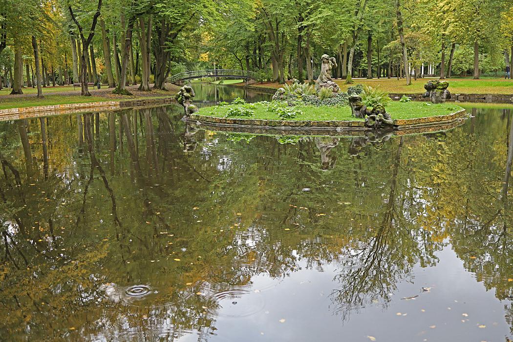 Bakom slottet finns en  stor park.