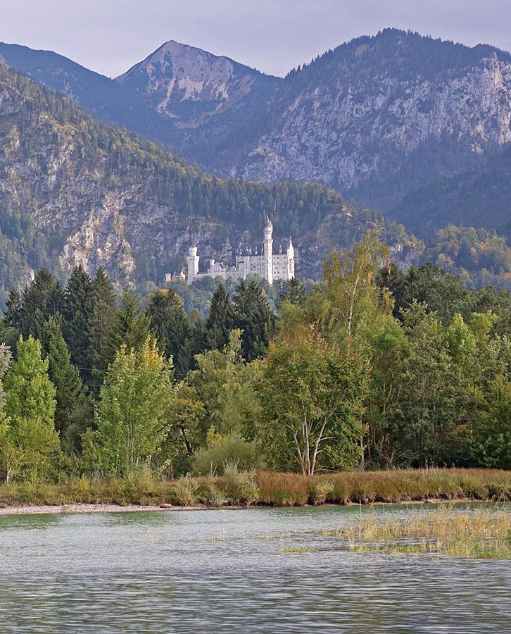 Slottet Neuschwanstein ligger på en sluttning några hundra meter ovanför byn.