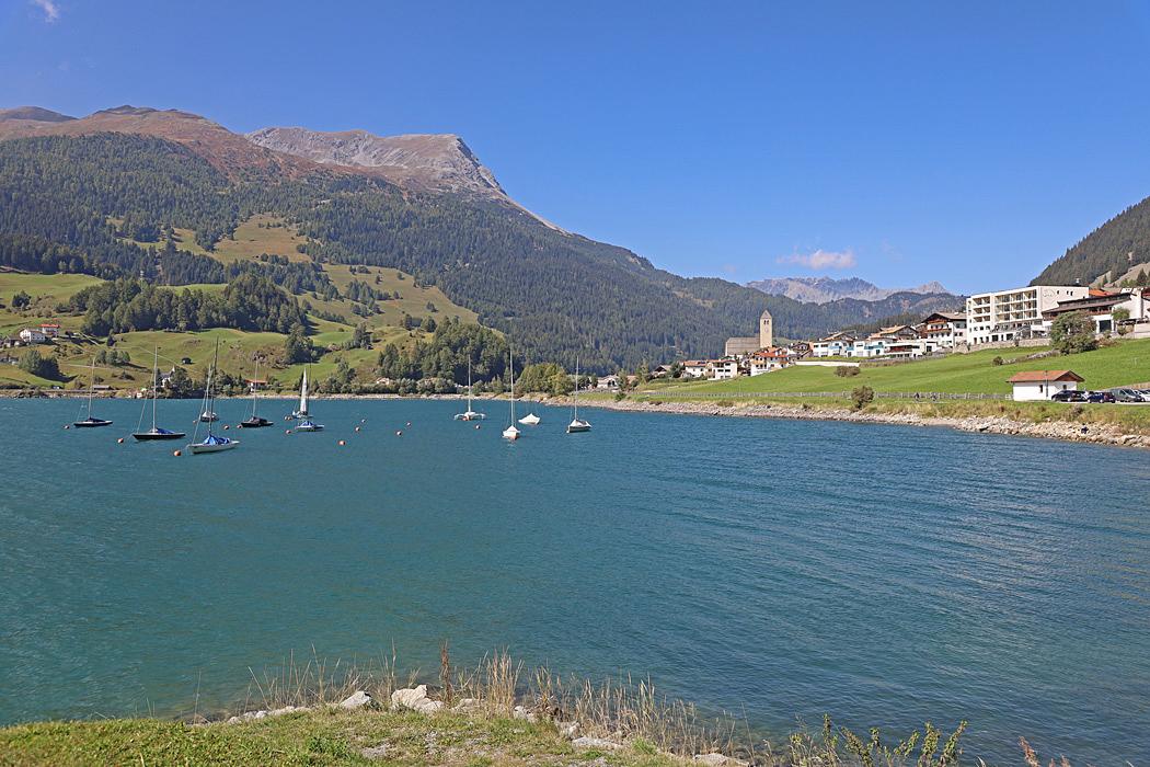 Cykelturen längs med Lago di Resia bjuder på vackra vyer.