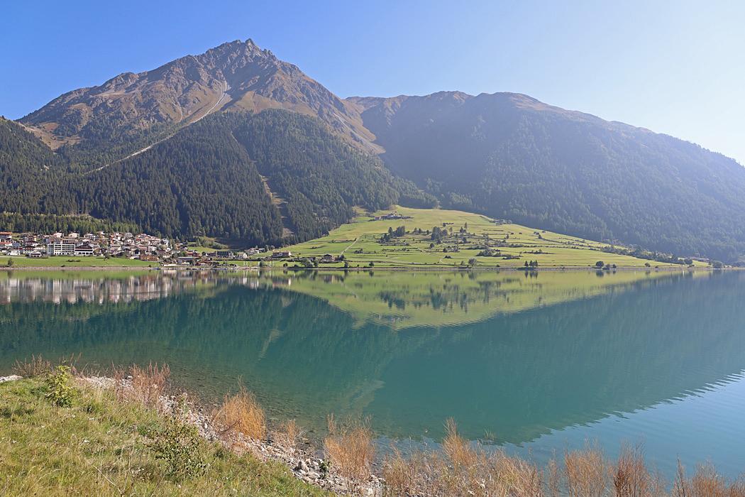 Lago di Resia är en konstgjord sjö i norra Italien.