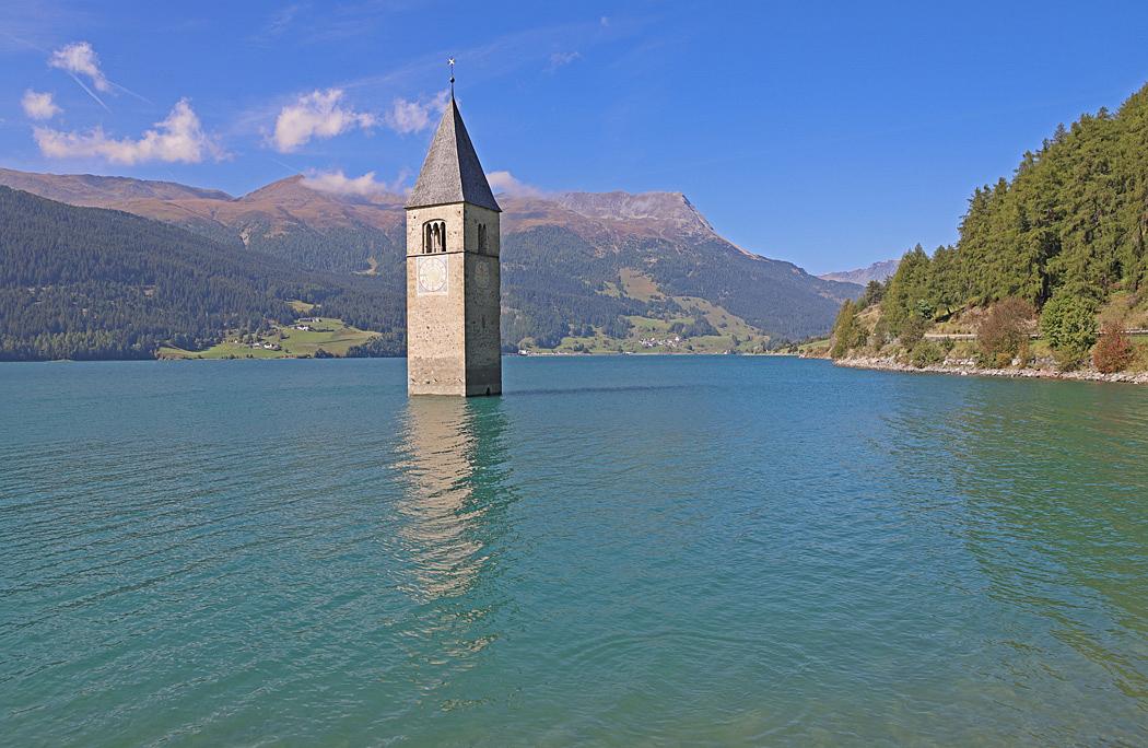 Det romanska klocktornet står kvar i den konstgjorda sjön.