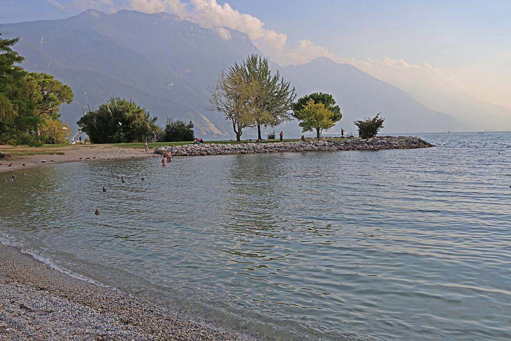 En härlig badvik vid strandpromenaden i Riva del Garda.