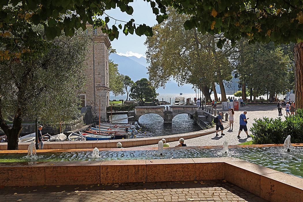 Riva del Gardas centrum har fin kontakt med sjön.