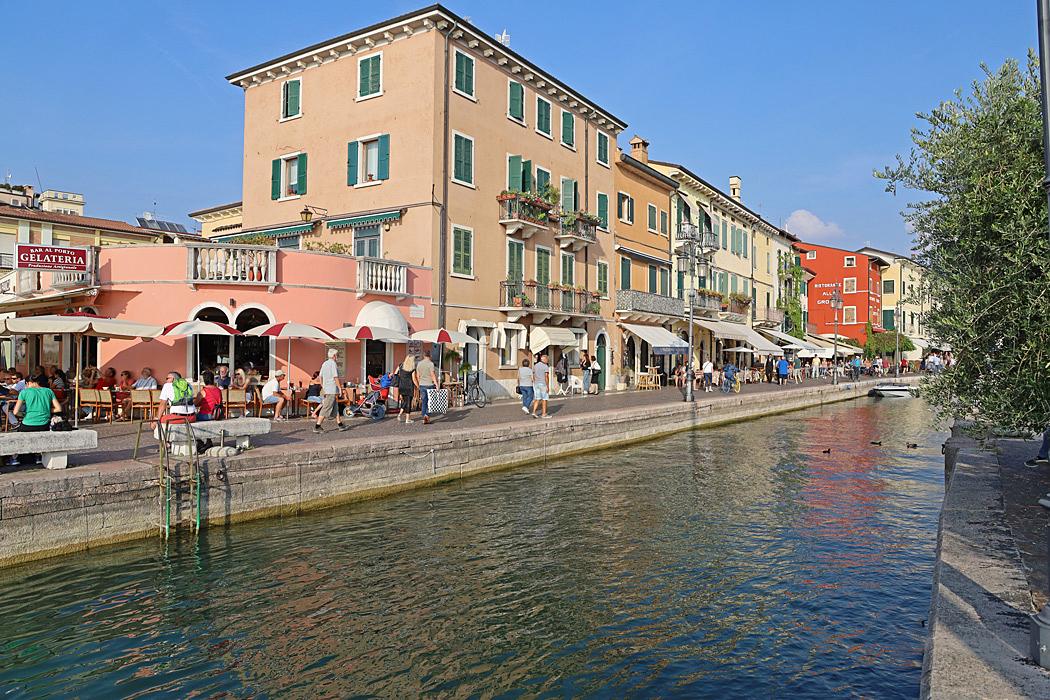 Hamnen med restauranger i centrum av Lasize.