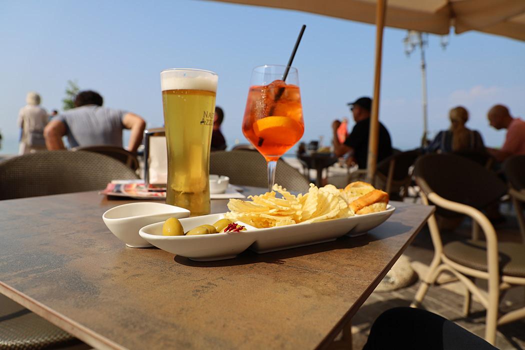Svalkande dryck med tilltugg och utsikt över Gardasjön.