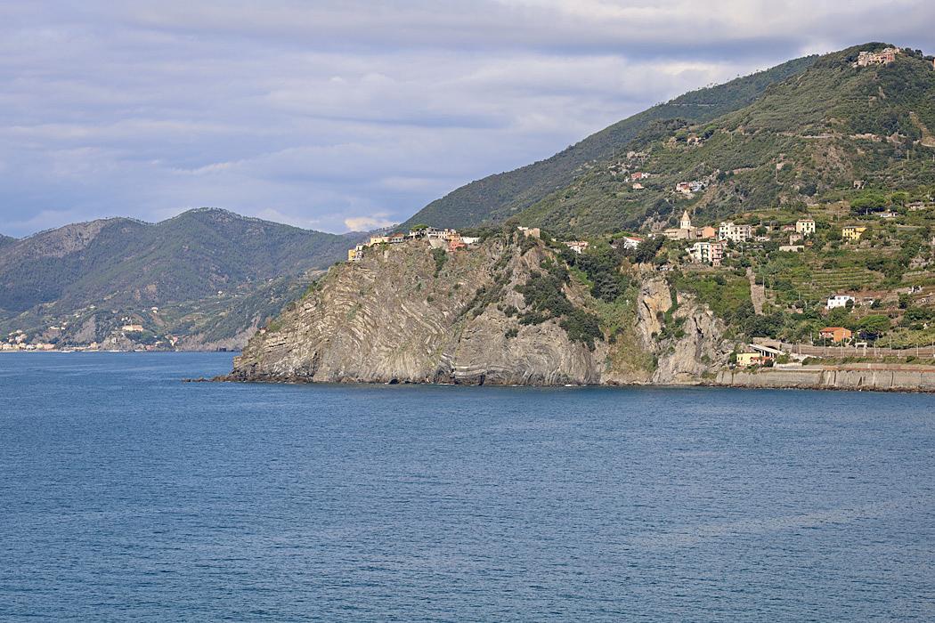Corniglia ligger högt uppe på en klippa med branta stup mot havet.