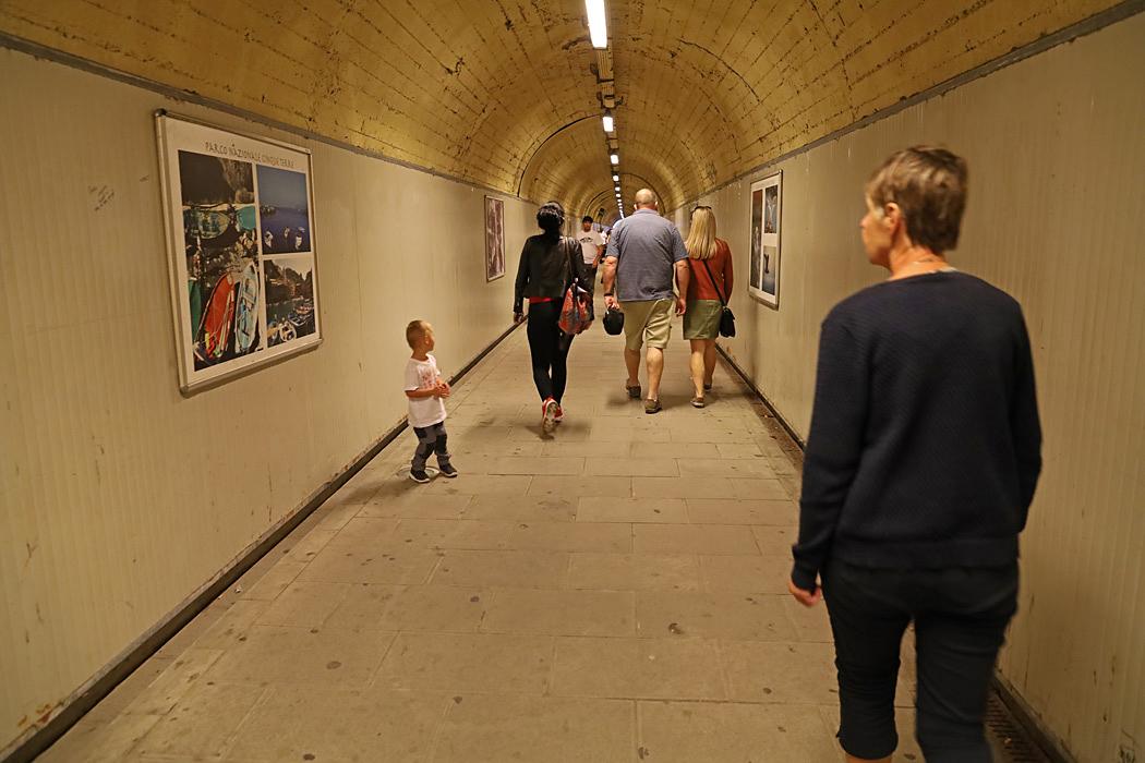Från stationen leder en lång gångtunnel in till centrum av Manarola.