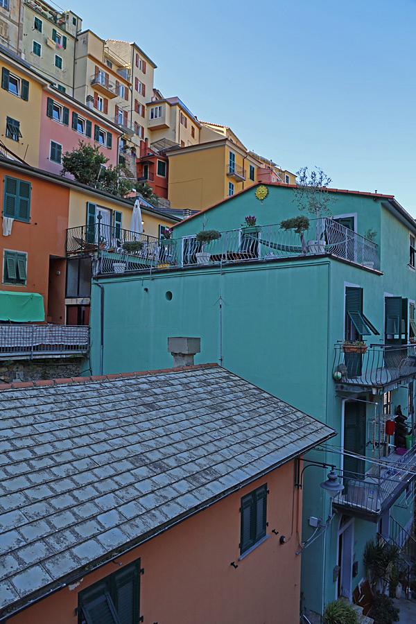 Husen klättrar längs bergsväggen.