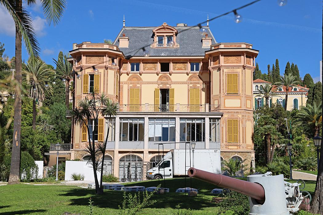 Villa Nobel syns från cykelvägen.