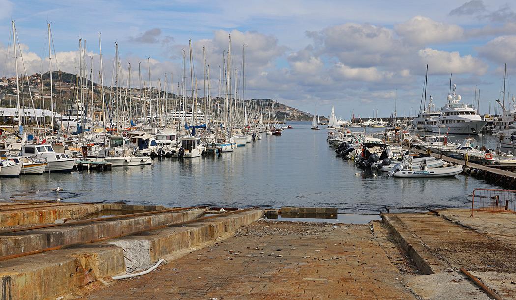 I Sanremos hamn finns en del lyxbåtar.