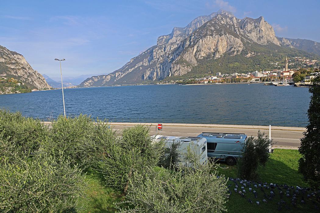 Parkering i Malgrate med utsikt över Comosjön och Lecco.