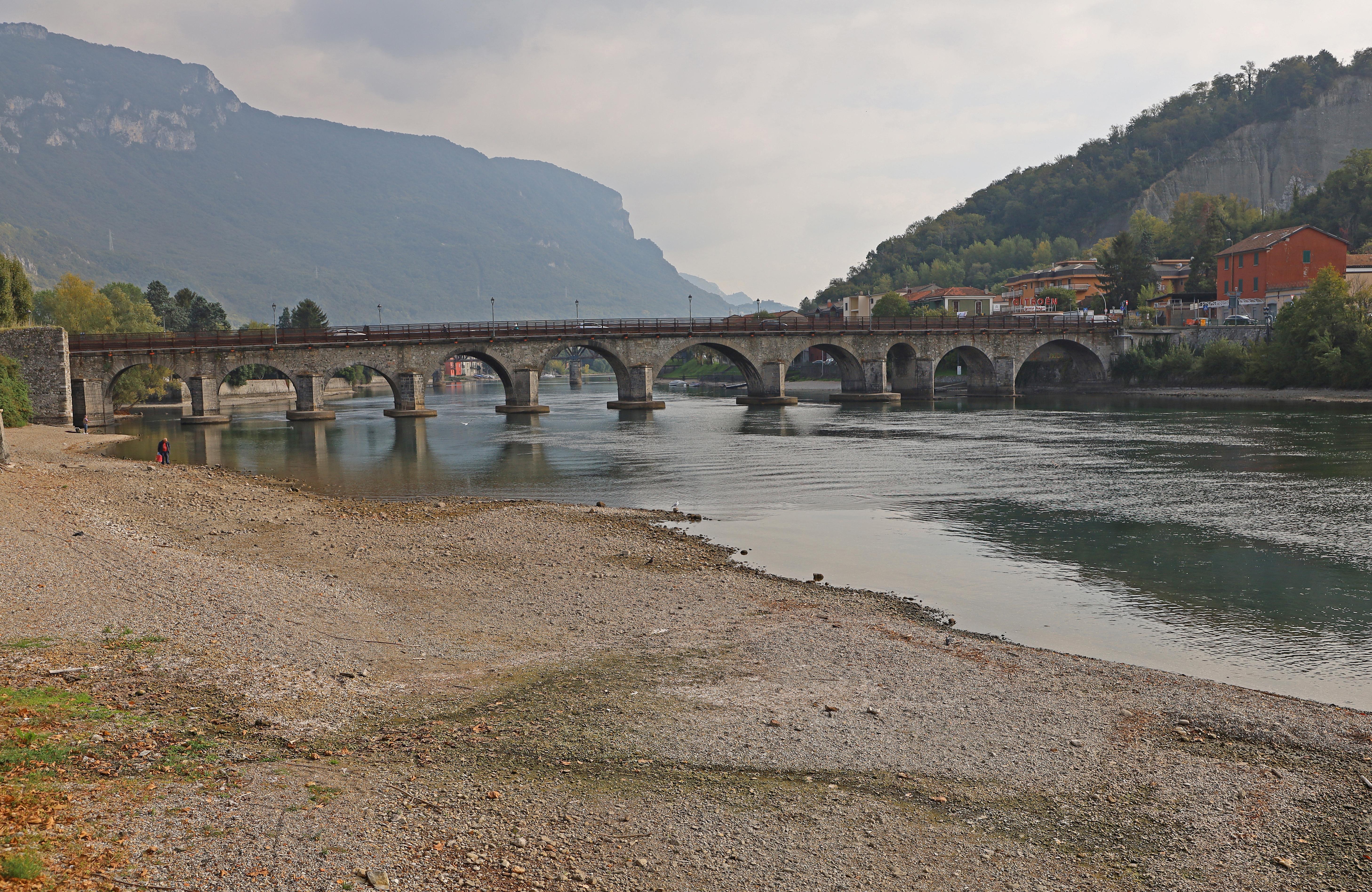 Azzone Visconti-bron, även känd som Ponte Vecchio byggdes 1336 över floden Adda.