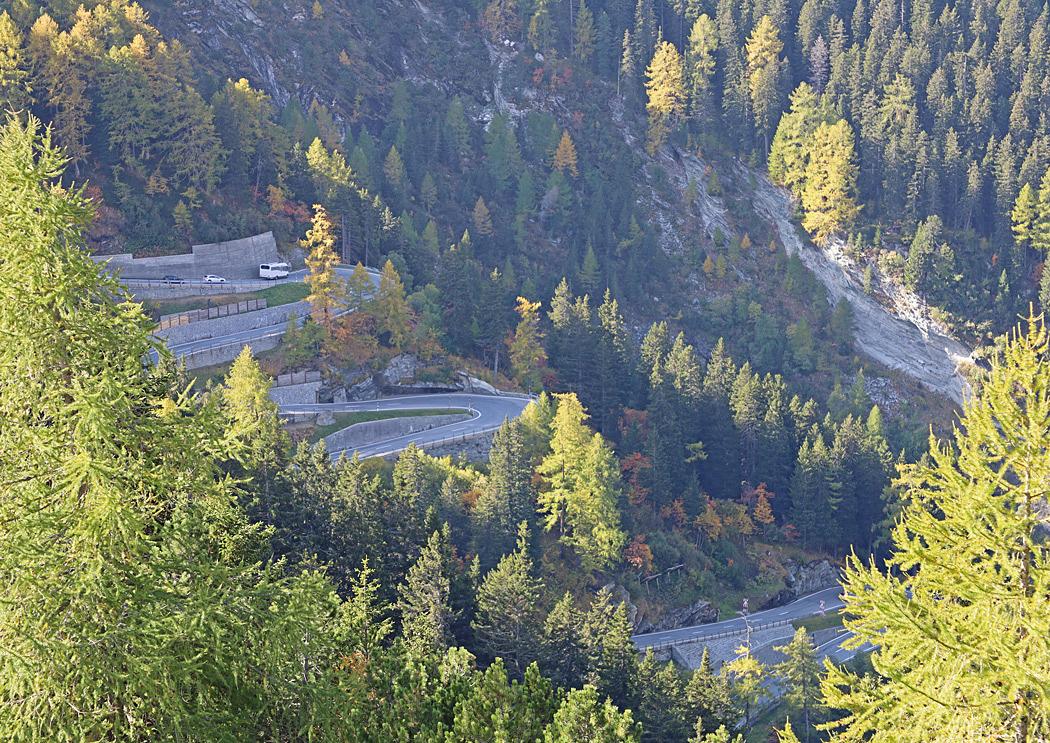 Brant serpentinväg vid Malojapass.