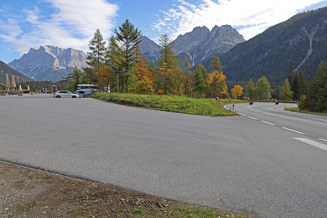 Rastplats med utsikt mot Zugspitze som är Tysklands högsta berg