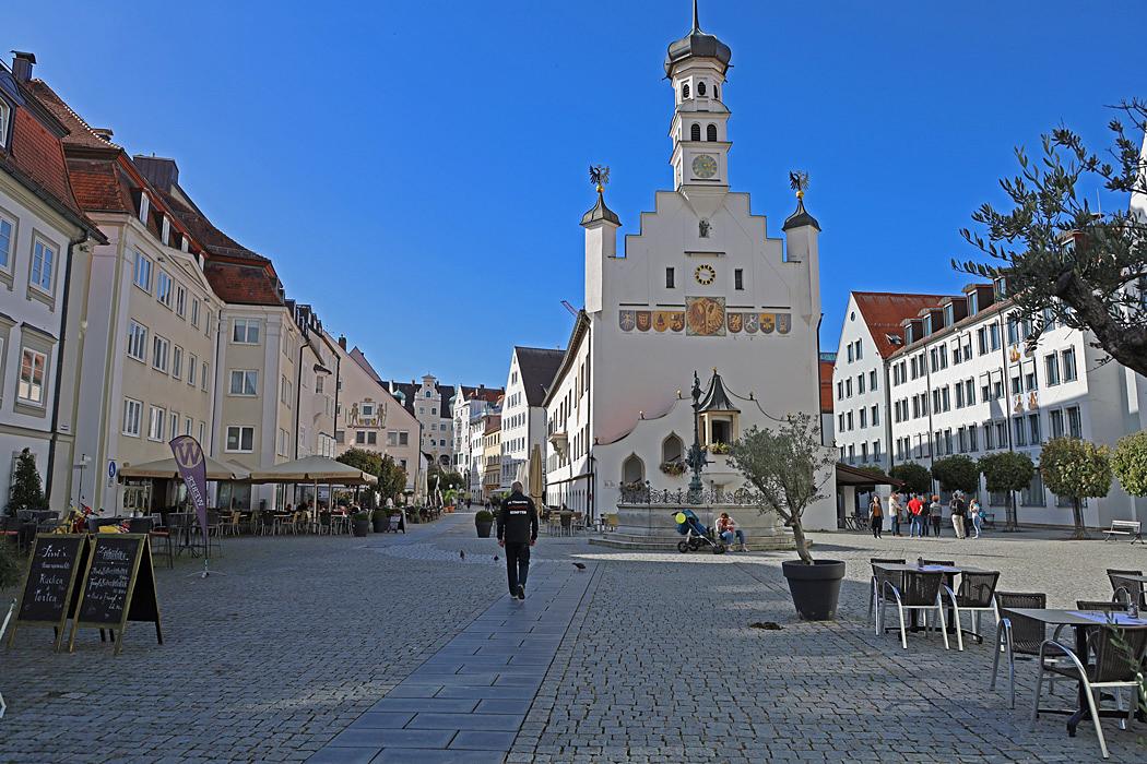 Fin stadsmiljö med många vackra byggnader.