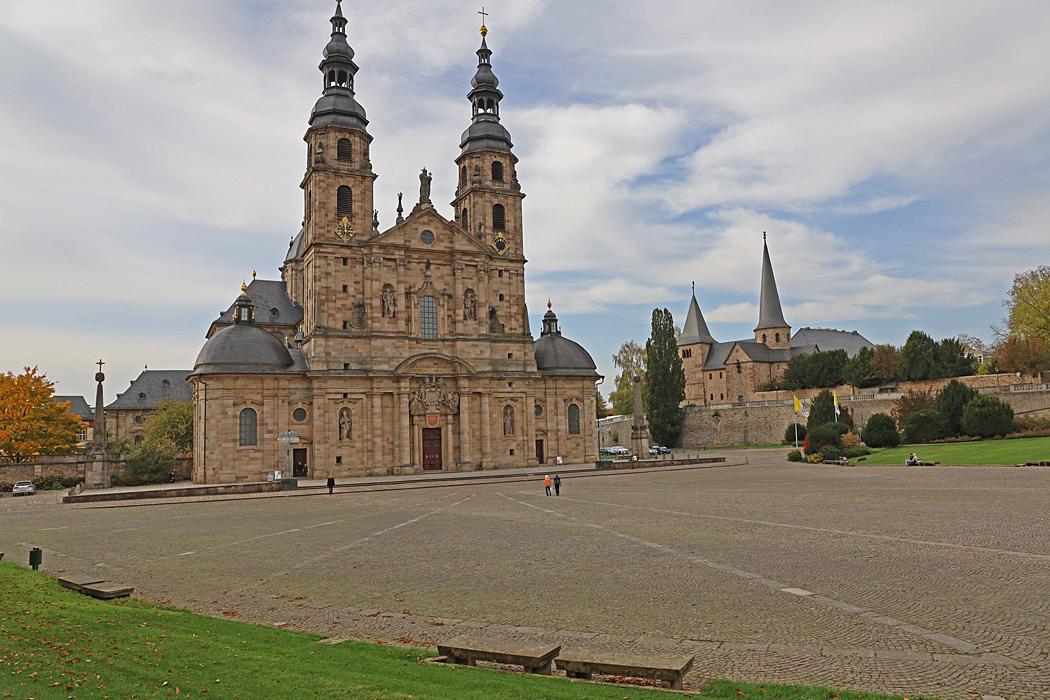 Fulda Cathedral, till höger syns Michaelskirche.