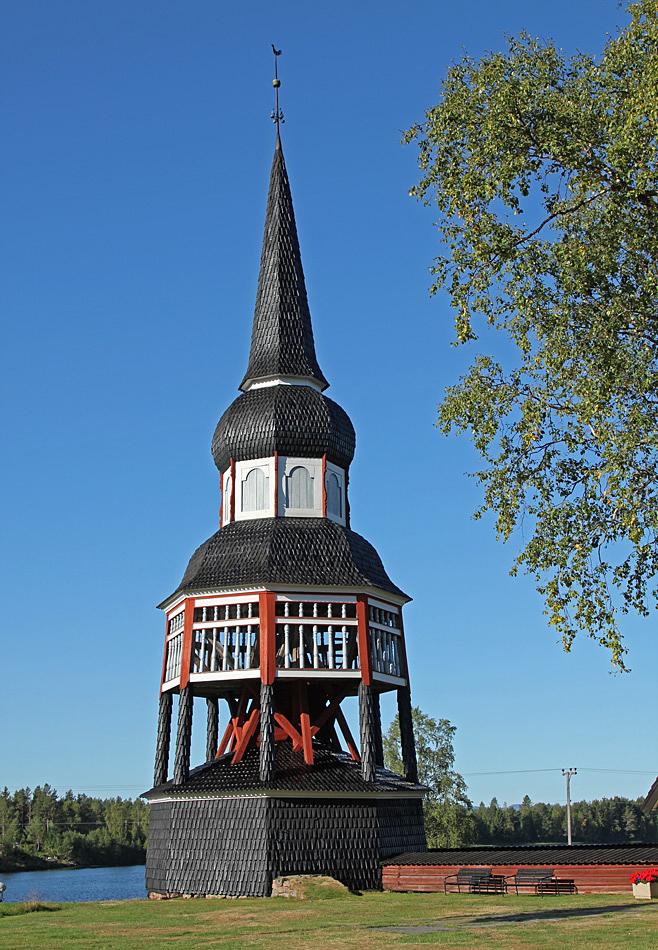 Klockstapeln vid Älvros gamla kyrka.