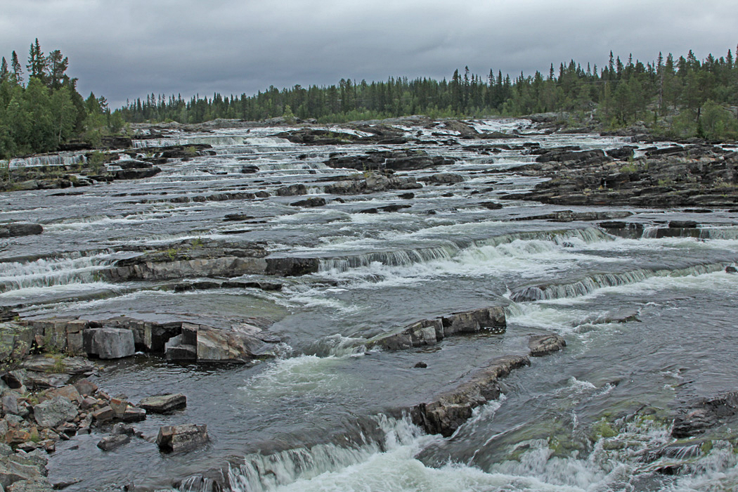 Här kastar sig Kultsjöns vatten utför Trappstegsforsen.