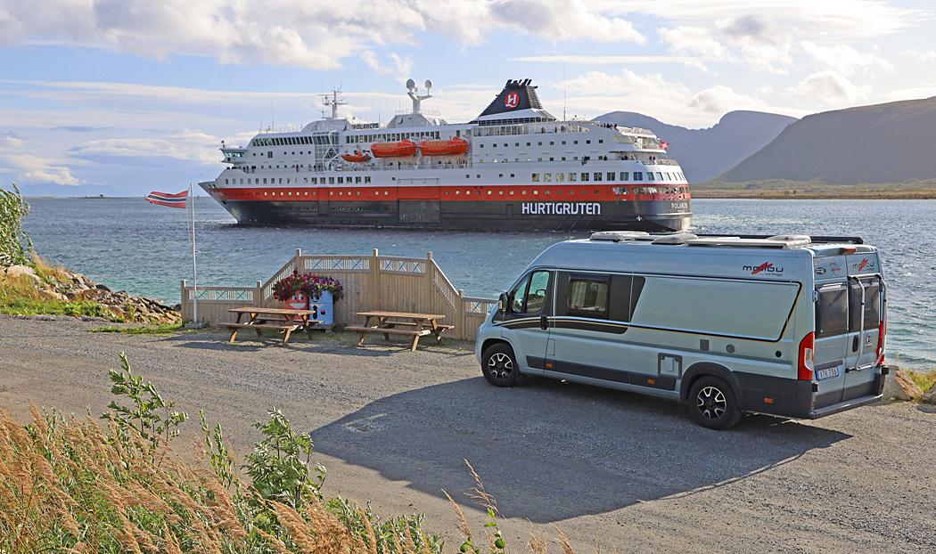 Vår nuvarande bil, en Carthago Malibu får besök av Hurtigrutten.