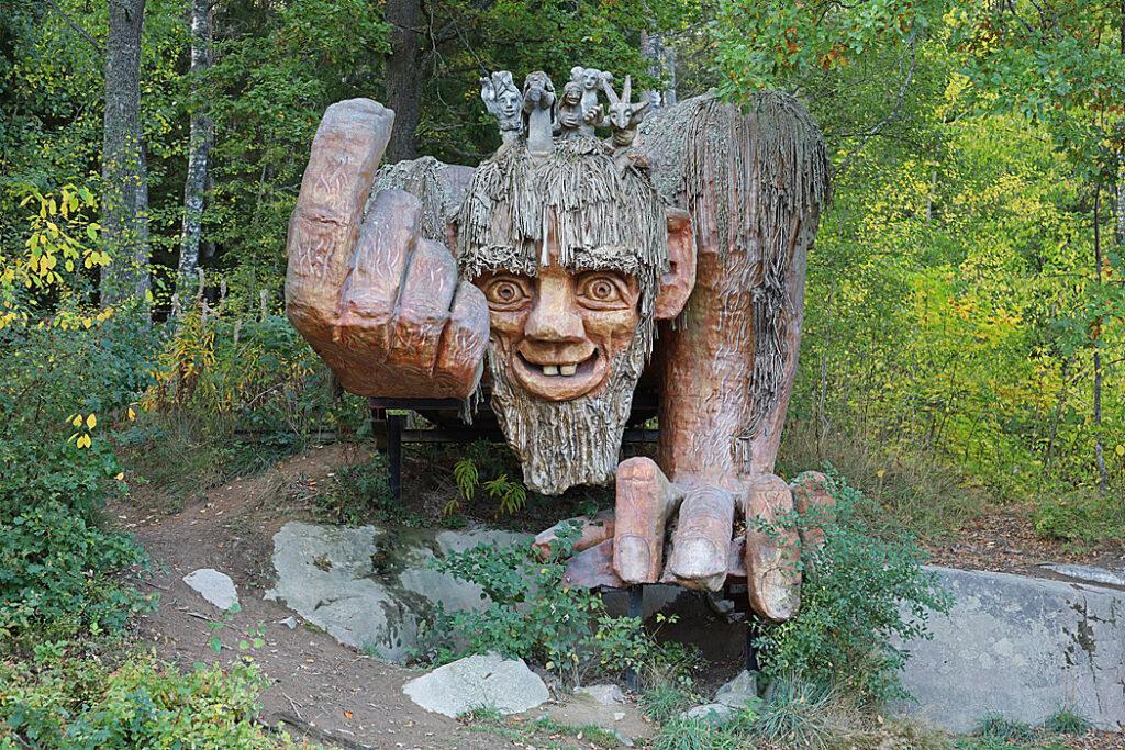 Ett imponerande troll lockar besökaren in i trollskogen